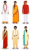 De reeks verschillende bevindende Indische jonge volwassen vrouwen en mannen in de traditionele kleding isoleerde op witte achter stock foto's