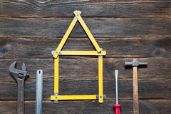 De reeks verschillende het werkhulpmiddelen is in de vorm van een huis: screwdri Stock Foto
