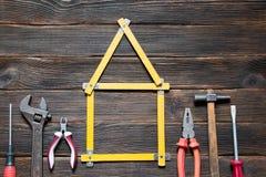 De reeks verschillende het werkhulpmiddelen is in de vorm van een huis: screwdri Royalty-vrije Stock Afbeeldingen