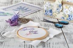 De reeks voor borduurwerk, borduurwerkhoepel, linnenstof, draad, schaar, borduurde naaldbed royalty-vrije stock afbeelding