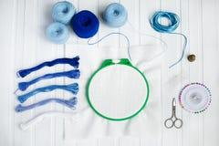 De reeks voor borduurwerk, borduurwerkhoepel, linnenstof, draad, schaar, borduurde naaldbed stock foto's