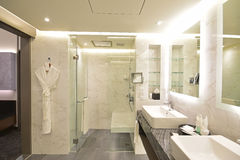 De Reeksbadkamers van het luxehotel met het zwarte & witte marmeren concept van Carrara royalty-vrije stock foto's
