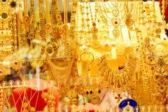 De reeksen van Goldedjuwelen in een showruimte royalty-vrije stock fotografie