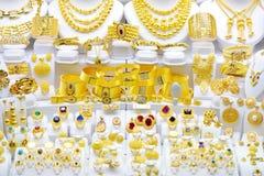 De reeksen van Goldedjuwelen in een showruimte royalty-vrije stock foto