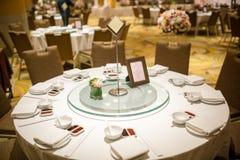 De reeksen van de huwelijkslijst in huwelijkszaal het huwelijk verfraait voorbereiding lijstreeks en een ander gericht gebeurteni stock fotografie