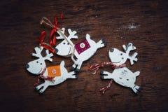 De reeksen van Kerstmisdecaradio Vrolijke die herten tegen een donkere achtergrond in werking worden gesteld Royalty-vrije Stock Afbeelding