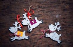 De reeksen van Kerstmisdecaradio Vrolijke die herten tegen een donkere achtergrond in werking worden gesteld Royalty-vrije Stock Afbeeldingen