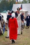 De Reenactorman begroet reenactorvrouw in rode kleding Stock Foto