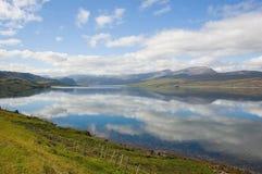 De reflexen van de hemel bij Loch Eriboll, noordelijk Schotland Royalty-vrije Stock Foto's