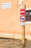 De regelgeving van het tekensverkeer gondels Venetië Italië Stock Fotografie