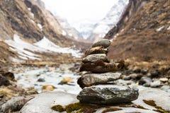 De regeling van de Zenrots dat Stupa langs wandelingssleep aan de bergen van Annapurna, Nepal nabootst Royalty-vrije Stock Afbeeldingen