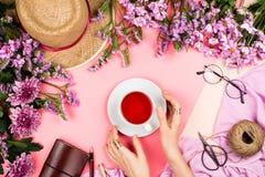 De regeling van het Flatlaykader met roze chrysantenbloemen, madeliefjes, roze sjaal en andere toebehoren Stock Fotografie