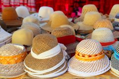 De regeling van hoeden op de ambachtwinkel van de markthand Stock Foto