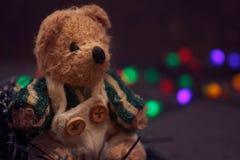 De regeling van Kerstmis met een teddybeer Stock Foto's