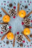 De regeling van de Kerstmiskroon van denneappels, sinaasappelen, en kruiden stock afbeeldingen