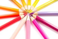 De regeling van kleurenpotloden in cirkel Stock Foto's