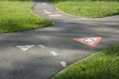 De regels die van de weg het cirkelen spoor opleiden stock fotografie