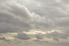 De regen betrekt op de hemel, Donkere wolk, regenwolk, stormachtig vóór Ra Stock Foto
