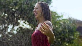 De regen houdt vrouw in regendruppels tegen voelt reiniging van de geluk de langzame motie van zonden stock videobeelden