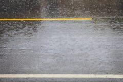 De regen maakt tot de weg gladde wegen stock foto's
