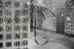 De regen, de paraplu is geschilderd op het glas stock afbeelding