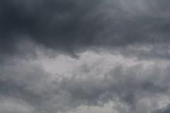 De regenachtige achtergrond van de wolken grijze kleur Royalty-vrije Stock Foto's