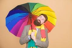 De regenachtige dagen kunnen taai zijn om door te worden Voorbereidingen getroffen voor regenachtige dag Onbezorgd en positief Ge stock foto