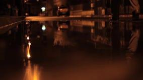 De Regenachtige Nacht van de stoepmening stock video