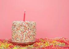 De regenboog bestrooit cake op pastei met hieronder confettien royalty-vrije stock foto