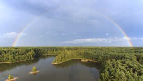 De regenboog bij zonsondergang over het bos in het natuurreservaat riep Lommeles de Sahara in België stock afbeeldingen