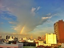 De regenboog in de middenstad Stock Fotografie