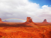 De regenboog in de Vallei Navajo van Monumenten Stock Foto