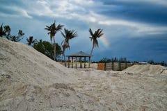 De regenboog hangt in hemel over strand in Marathonsleutel na Orkaan Irma Stock Fotografie