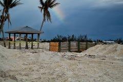 De regenboog hangt in hemel over vernietigd strand in Marathonsleutel na Orkaan Irma Stock Fotografie