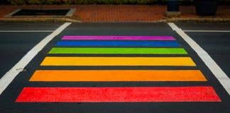 De regenboog kleurde voetgangersoversteekplaats in Moncton, New Brunswick Royalty-vrije Stock Fotografie