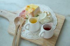 De regenboog omfloerst Cake op de mable lijst Royalty-vrije Stock Afbeelding