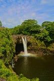 De regenboog valt watervallen Hawaï stock afbeelding