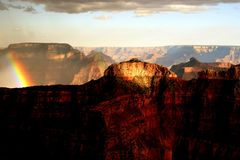 De Regenboog van de zonsondergang in Grote Canion Stock Afbeeldingen