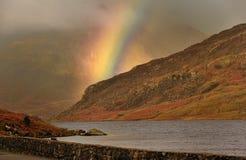 De regenboog van het onweer, Llyn Ogwen Stock Fotografie