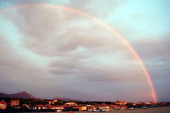 De regenboog wordt getoond over een hemel Stock Afbeeldingen
