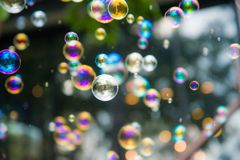 De regenboogbellen gooien in de lucht uit nadrukachtergrond Royalty-vrije Stock Afbeelding