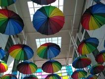 De regenboogparaplu royalty-vrije stock afbeeldingen