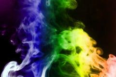 De regenboogrook isoleerde zwarte achtergrond De abstracte mist van de rookmist op een zwarte achtergrond Textuur royalty-vrije stock afbeelding