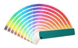 De regenboogsteekproef kleurt catalogus in vele die schaduwen van kleuren of spectrum op witte achtergrond worden geïsoleerd Kleu stock afbeelding
