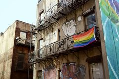 De regenboogvlag voor Vrolijke Trots hangt van de verlaten bouw Royalty-vrije Stock Fotografie