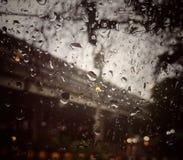 De regendalingen op de oppervlakte van de auto weerspiegelen het wijzen van op licht in kleine druppeltjes royalty-vrije stock afbeelding