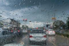 De regendruppels op glasauto, gelieve zorgvuldig te zijn wanneer het drijven in regenachtige weg Royalty-vrije Stock Afbeelding