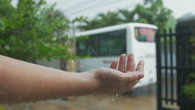 De regendruppels slaan de vrouwen` s hand stock footage