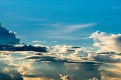 de Regenwolken van de donder strom hemel en sombere hemel in zwart-wit Stock Foto