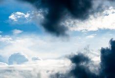 de Regenwolken van de donder strom hemel en sombere hemel in zwart-wit Royalty-vrije Stock Afbeelding